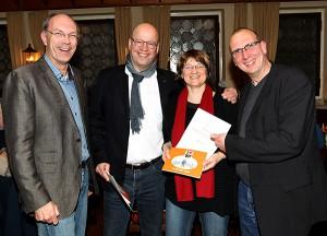 Erneut gewählte 1.Vorsitzende Kay Bandermann (links) und DJV Landesvorsitzende Frank Stach (rechts) ehren Anja Cord und Ronald Feisel, die dem DJV seit 25 Jahre angehören.  Foto: Pal Delia
